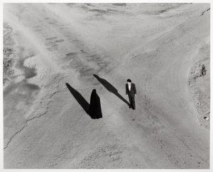 """Shirin Neshat Serie """"Fervor"""" (Couple at Intersection) 2000 Gelatina de plata Gelatina de plata Silver Gelatine Print 119,5 x 152,5 cm c/u, tríptico Es Baluard Museu d'Art Modern i Contemporani de Palma, depósito colección particular © de la obra, Shirin Neshat, 2016 © de la fotografía: Cortesía Gladstone Gallery, Nueva York/Bruselas"""
